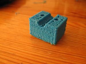 het is een z-leadscrew-base-bar-clamp_2off.stl, een onderdeel voor de andere Mendel